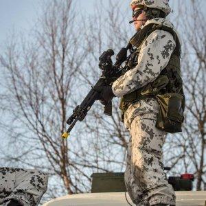 Sotilas tarkkailee