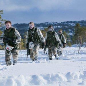 Kranaatinheitinkomppanian sotilaita palaamassa takaisin tuhottuaan vihollisen