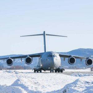 Suomalaishenkilöstö palaa harjoituksesta käyttäen mm. Ilmavoimien CASA C-295 kuljetuskoneita
