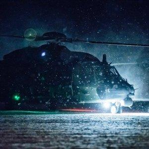 NH90-helikopteri lähdössä pimeälennolle
