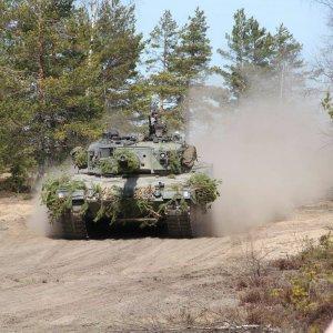 Naamioitu Leopard 2A4 -panssarivaunu simulaattoriavusteisessa taisteluharjoituksessa.