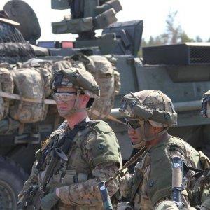 Yhdysvaltalaiset joukot harjoittelevat osana suomalaista taisteluosastoa