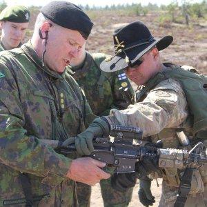 Harjoituksen johtaja eversti Pekka Järvi tarkasteli yhdysvaltalaisten joukkojen käyttämää M4-rynnäkkökivääriä.