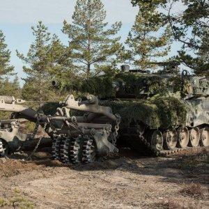 Pioneerit raivaavat miinat pois maastosta panssarien tieltä