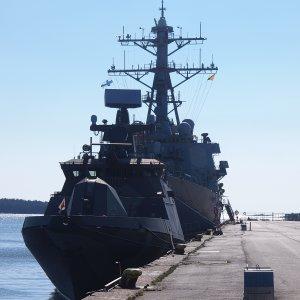 Hamina ja taustalla USS Porter